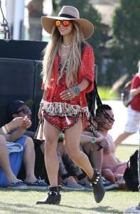 Vanessa no festival Coachella com o seu macaquinho estampado, e para complementar ela optou em usar o chapéu nude e seus acessórios gypsy.